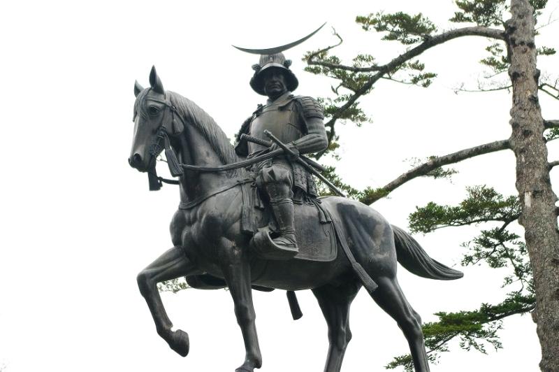 La statue de Masamune Date à Sendai.