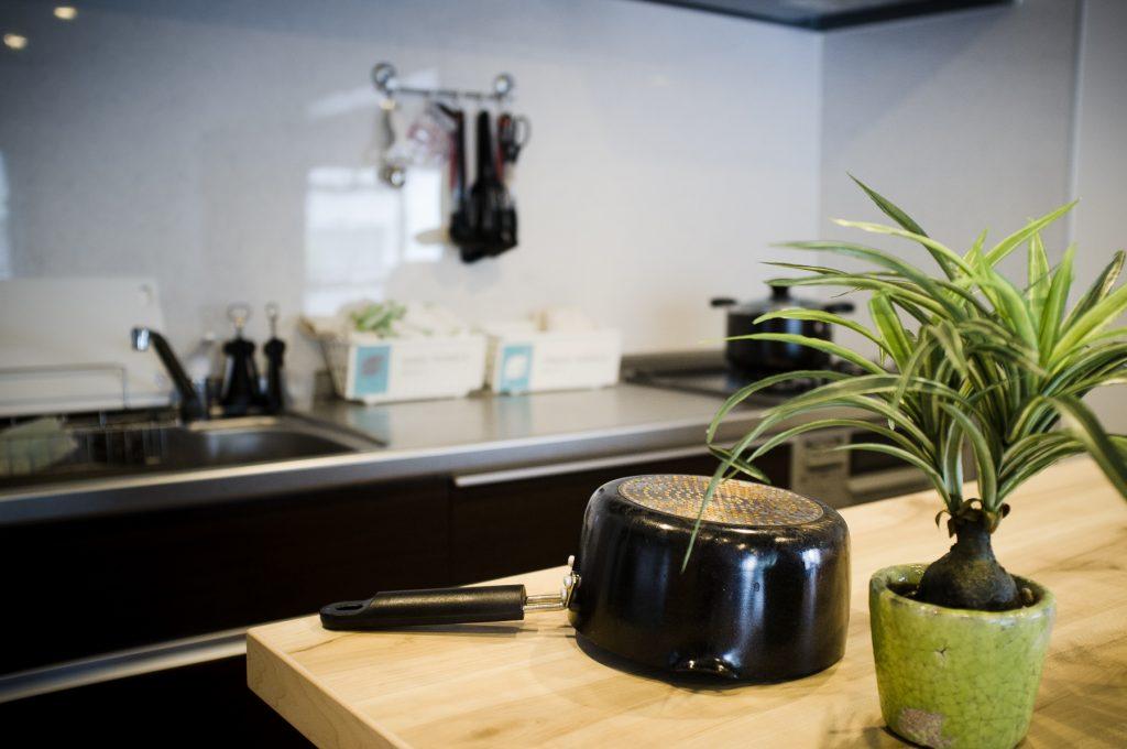 La cuisine est super spacieuse, en plus d'être toute équipée.