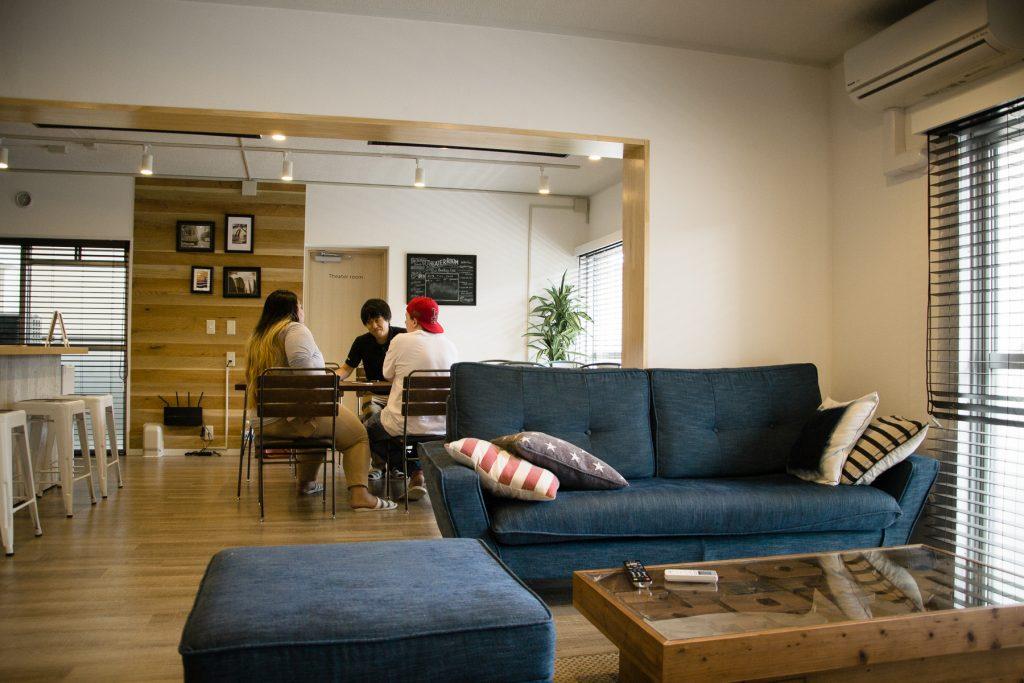 Un des deux lounges de la share house. C'est un espace commun à tous les résidents.