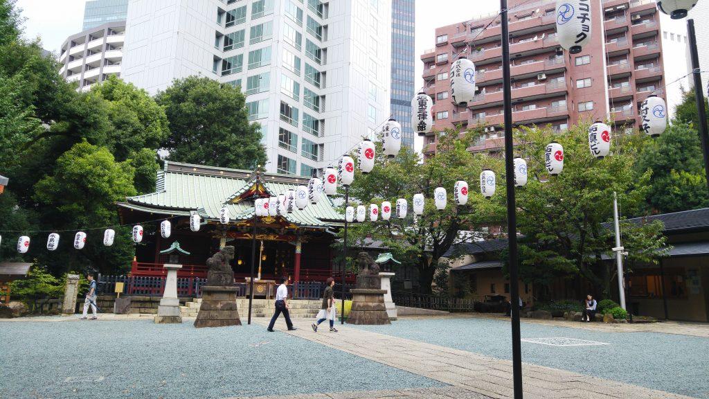 Des salarymen viennent prier ou simplement se reposer dans ce sanctuaire durant leur pause déjeuner.