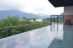 Piscine à débordement à l'hôtel Ryuguden de Hakone. Cette piscine est en extérieur. Elle a une vue imprenable sur le Mont Fuji et le lac Ashi.