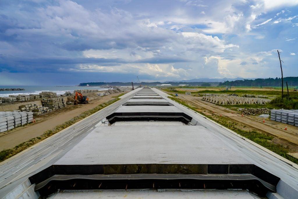 La digue qui protège la côte de Fukushima est en construction.