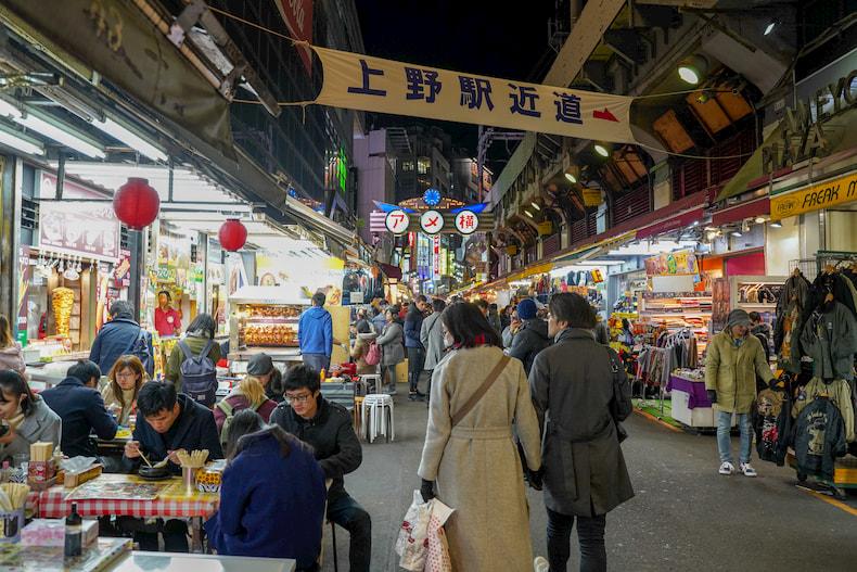 La rue Ameyoko, à proximité de la gare d'Ueno.