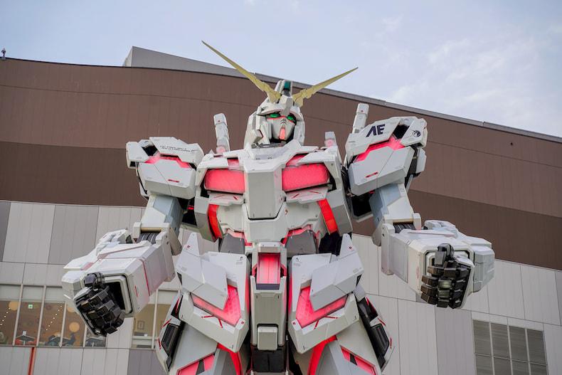 La statue de Gundam RX-0 Unicorn devant le Diver City Tokyo, à Odaiba.