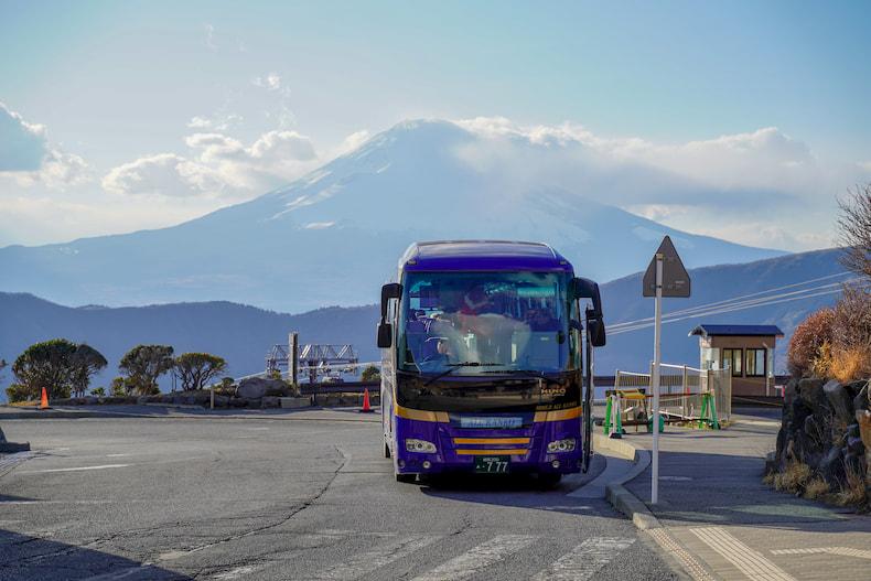 Vue du Mont Fuji derrière un car de touristes, à Owakudani, Hakone.