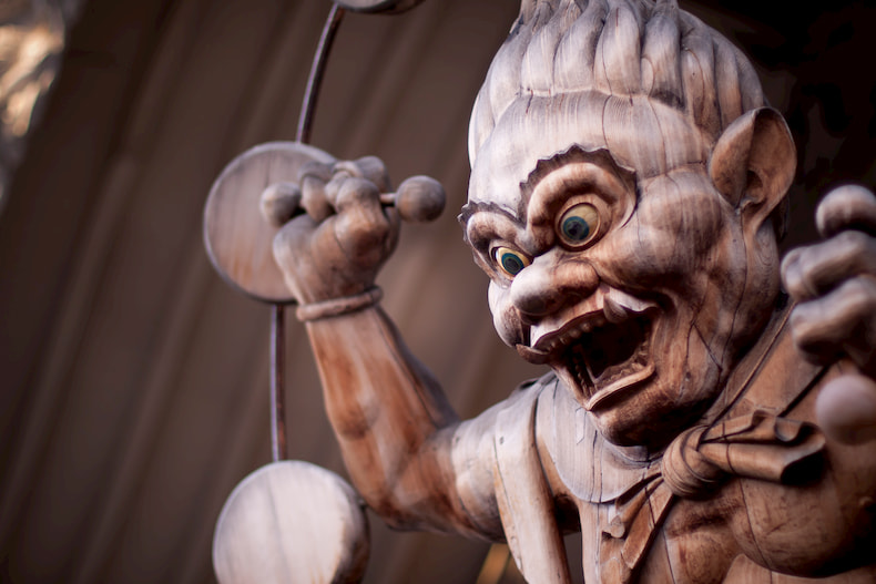 Statue en bois de Raijin se trouvant dans la mission Shingon de Hawaii.